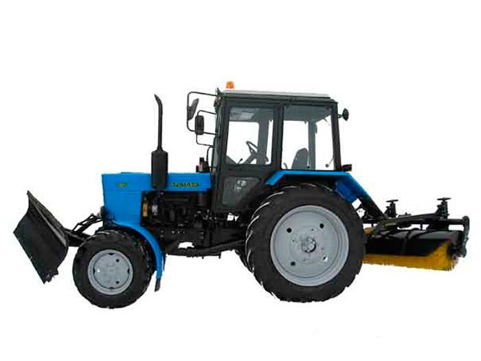 Трактор МТЗ с щёткой